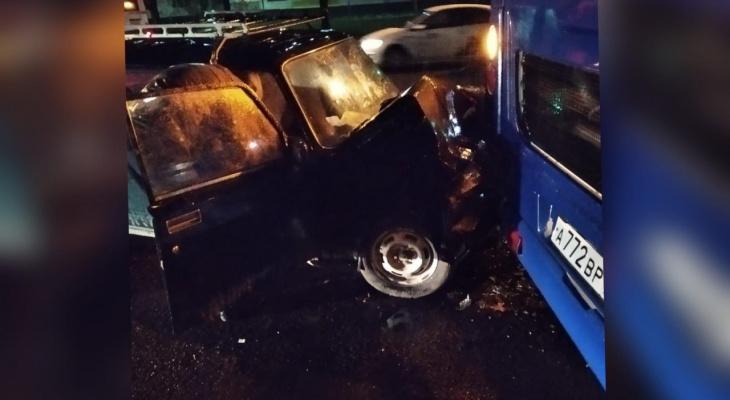 Реанимация и люди с травмами: на остановке в Брагино авто протаранило автобус