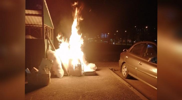 Владелец в панике отгонял машину: ярославцы возмущены горящими мусорками в городе