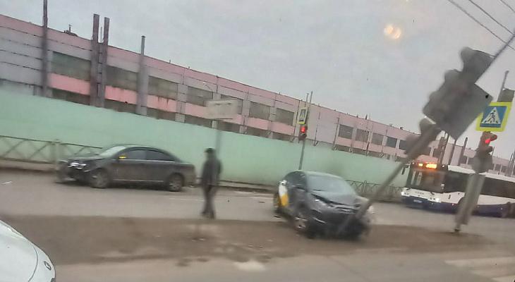 ДТП под носом у ГИБДД: ярославцы встали в пробку
