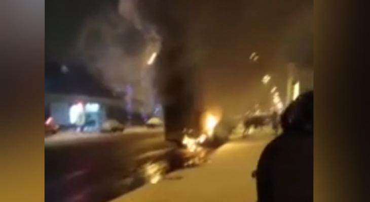 Огнем охвачен весь салон: в центре Ярославля полыхает автобус. Видео