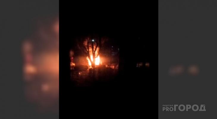 Быстрым шагом от полыхающей машины: ночной пожар разбудил ярославцев
