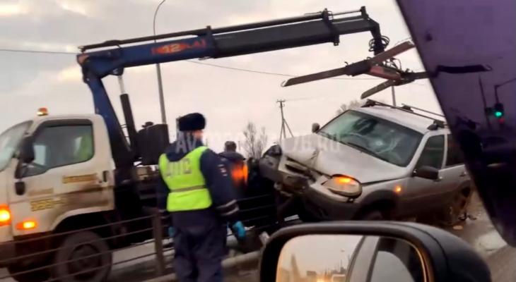 Нива с водителем повисла на заборе у моста: кадры с места ДТП в Ярославле