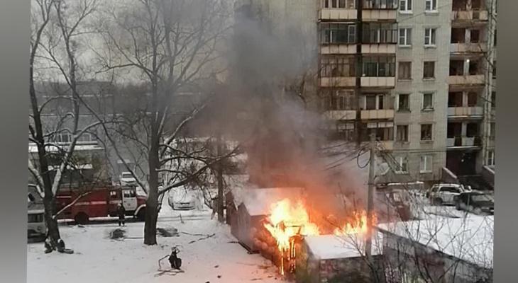 «Рядом электрическая будка»: ярославцев подозревают в поджоге гаражей