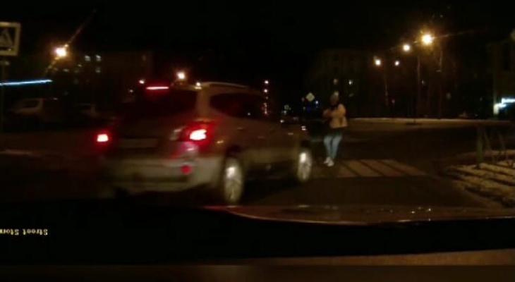 """""""Собачку пожалел"""": в центре Ярославля авто сбило женщину с ребенком. Видео"""