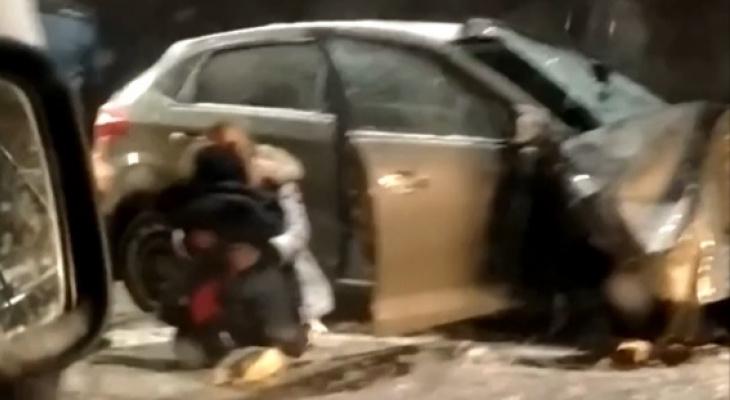 На коленях перед малышом: под Ярославлем в ДТП пострадали женщины и годовалый мальчик