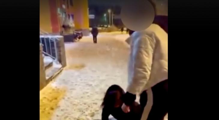 Выбила зуб: из-за чего жестоко избили девушку в центре Ярославля. Видео