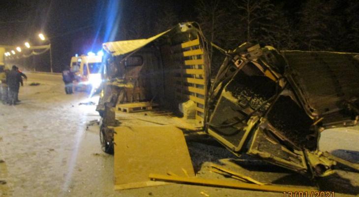 Двое ранены, машины вдребезги: под Ярославлем в ДТП столкнулись четыре авто