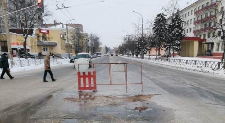 Перекрыли движение: под Ярославлем в центре города на перекрестке прорвался водопровод