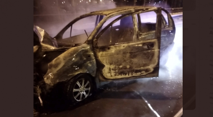 В Ярославле загорелся автомобиль на ходу. Видео