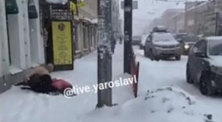 """""""Начал душить"""": голый мужчина набросился на девушку в центре Ярославля. Видео"""
