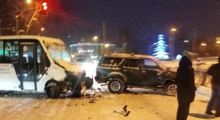 «Весь капот выворочен»: в Ярославле внедорожник врезался в маршрутку с пассажирами