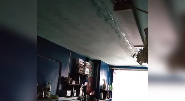 """""""Аварию устраняли две девушки"""": под Ярославлем общежитие затопило горячей водой. Видео"""