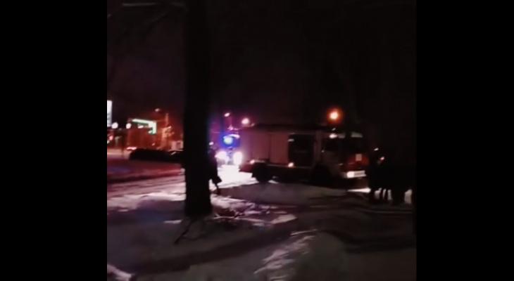 Окружили спецмашины: в Брагино экстренно эвакуировали жильцов дома. Видео