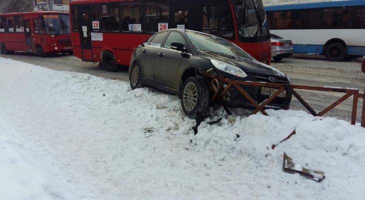 В Ярославле водители таранят заборы из-за наледи на дорогах: видео