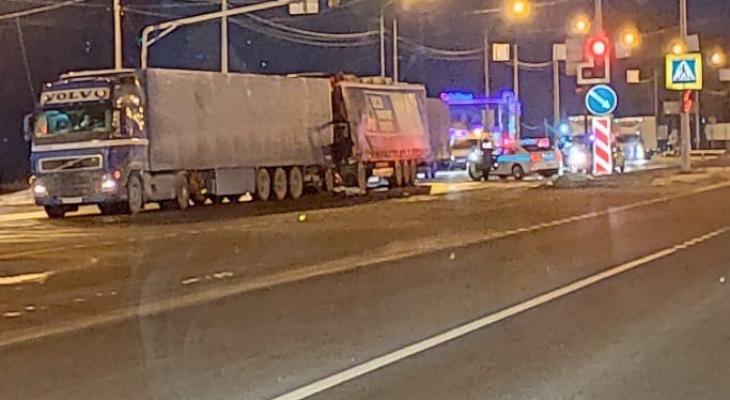 «Уснул, наверное»: под Ярославлем в ДТП с двумя фурами погиб водитель. Видео