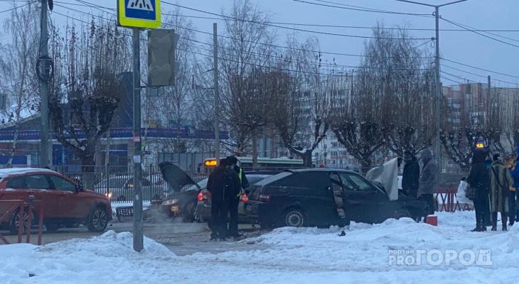 Реанимация, толпа и разлетевшееся в щепки авто: момент ДТП на Фрунзе попал на видео