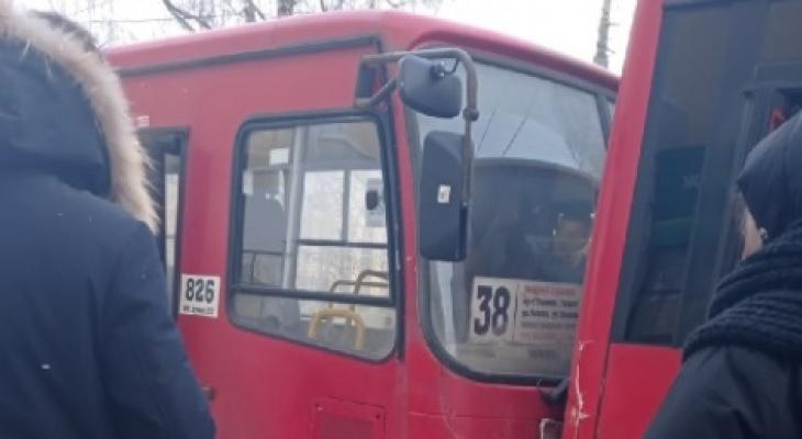 """""""Удар был очень сильный"""": в ДТП с двумя маршрутками пострадал пассажир"""