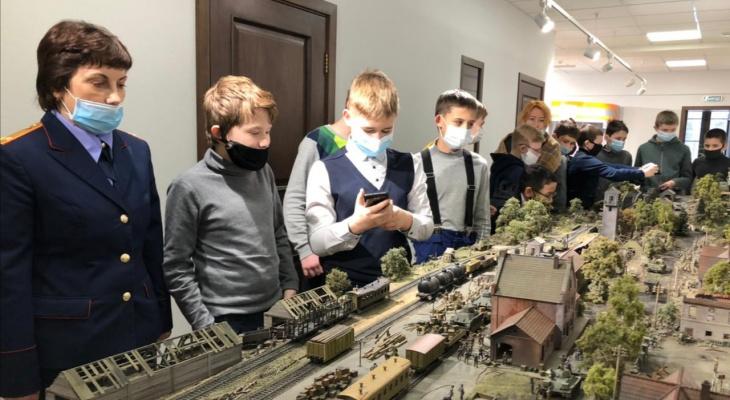 Живые за стеклом: в Ярославле Следком показал детям реалистичную выставку о войне