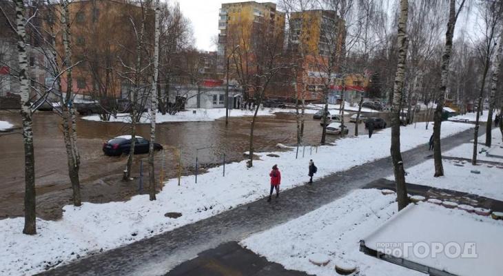 """Боже, все залило"": в Ярославле из-за прорыва затопило целую улицу. Видео"