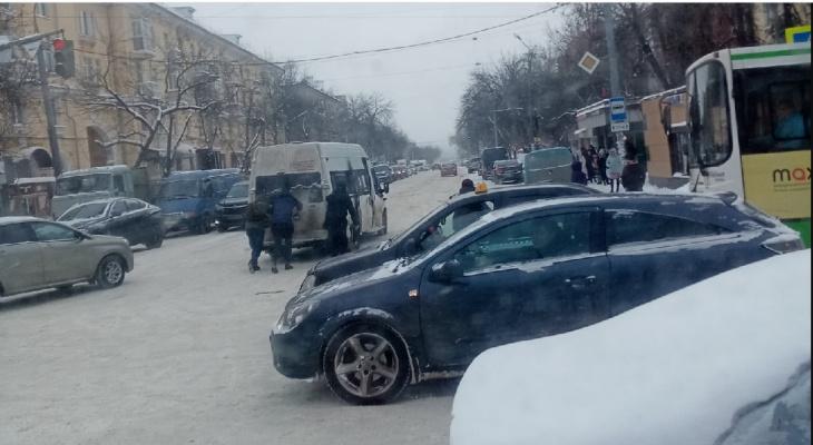 """Транспортный коллапс в Ярославле: пассажиры толкают маршрутки, чтобы """"доехать"""""""