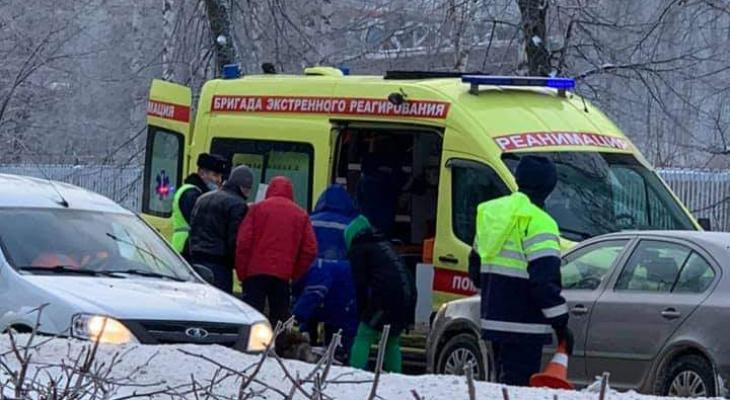 Толпа и реанимация на Гагарина: из-за груды снега сбили молодую девушку