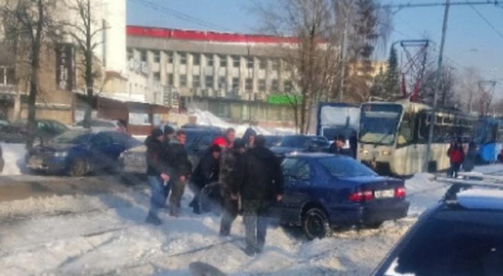 """Толпа мужчин и заложники в трамвае: ЧП произошло на """"пятерке"""""""