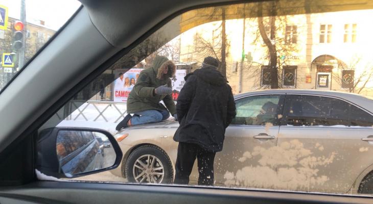 «Помогите, спасите, пожалуйста»: ярославец забрался на капот экс-жены и бил стекла. Видео