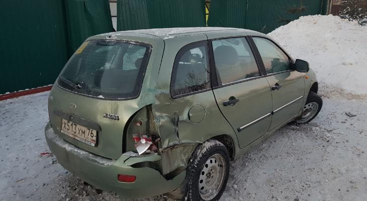 Выворотил машиной забор: под Ярославлем легковушка не вписалась в поворот