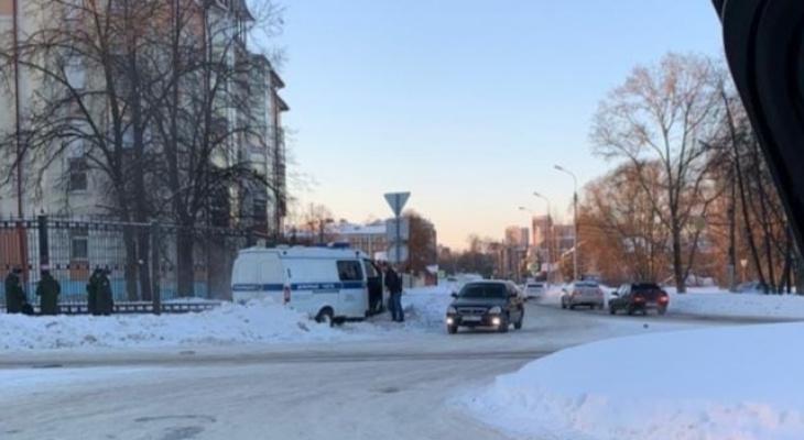 Толпа окружила машину: в Ярославле сотрудники полиции сбили знак пешеходного перехода