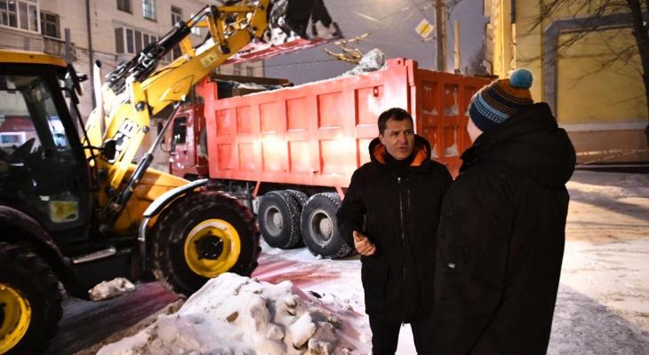 Пока Миронов ругается, Волков восхищается уборкой снега у своего дома. Видео