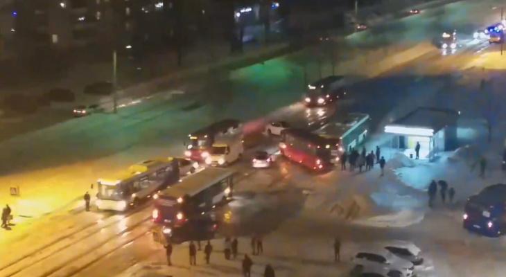 """""""Город в ледяном плену!"""": в Ярославле машины массово съезжают с дороги из-за льда. Видео"""