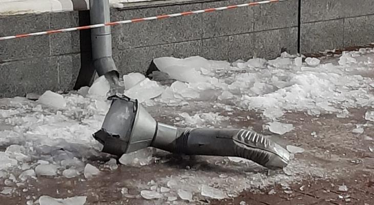 Лед с крыши оторвал водосточную трубу со здания мэрии Ярославля