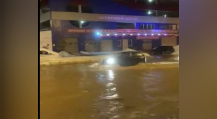 В Ярославле машины плавают по окна в воде: причины