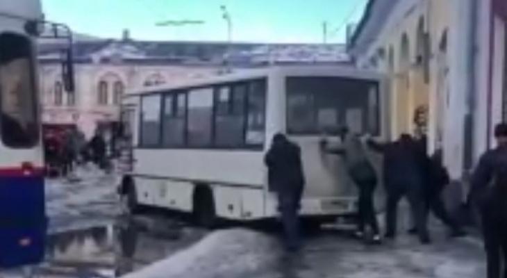 В центре Ярославля пассажиры выталкивают маршрутку из огромной лужи. Видео