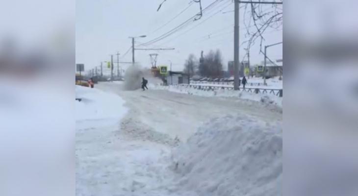 Ярославца завалило снегом при расчистке трамвайных путей. Видео