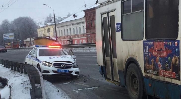 В Ярославле патрульная машина ДПС столкнулась с троллейбусом