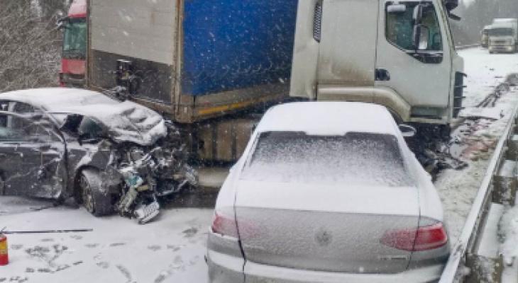 """""""Умер на глазах любимой"""": под Ярославлем в ДТП с семью авто погиб водитель"""
