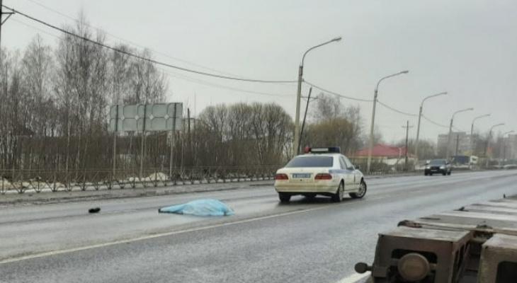 В Ярославле пешеход бросился под колеса авто и погиб