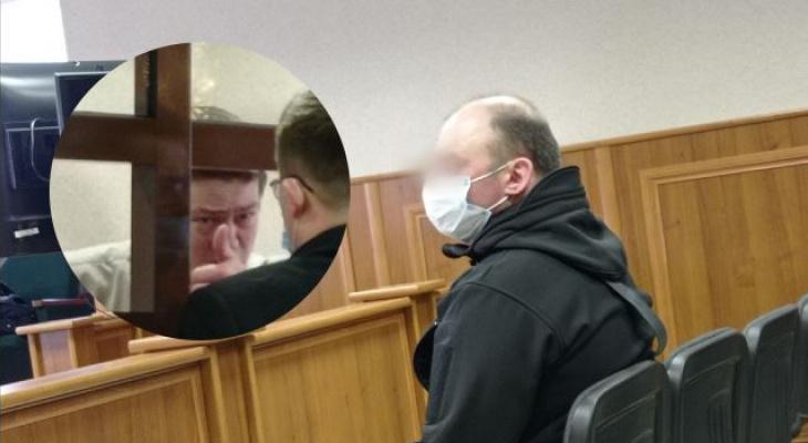 Лил слезы за решеткой: полицейский и прокативший его на капоте ярославец встретились в суде. Репортаж