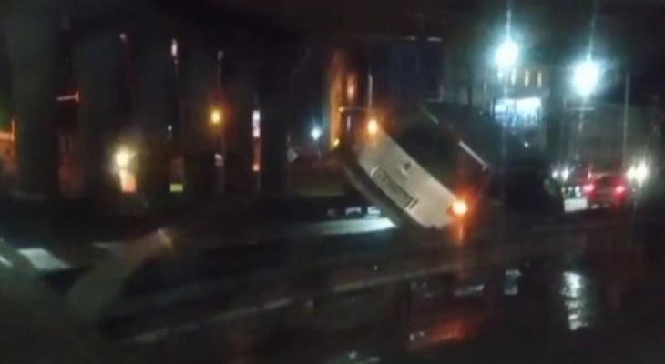 На Московском проспекте авто повисло на отбойнике
