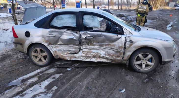 Вытаскивали из покореженного авто: в ярославском ДТП пострадал молодой водитель