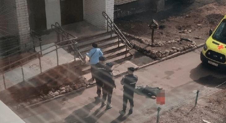 Выпал с балкона лестничной клетки: в центре Ярославля погиб мужчина