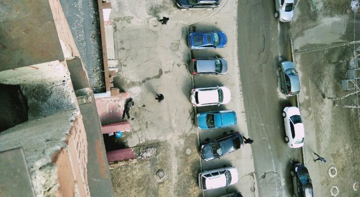 Лежит прямо у подъезда: еще один человек упал из окна в Брагино