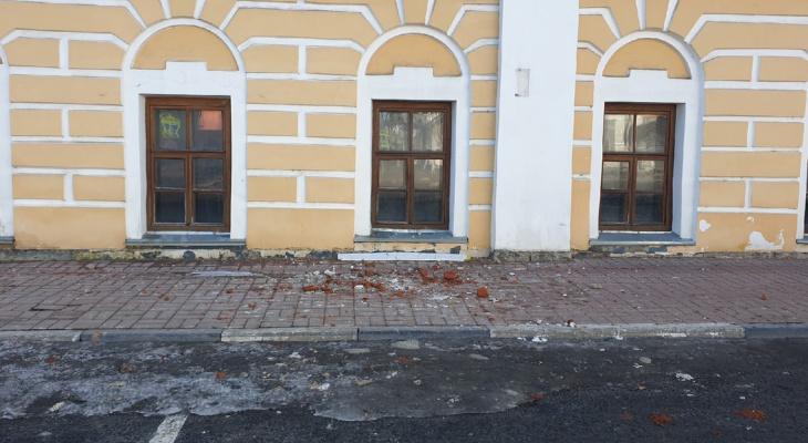 В центре Ярославля с крыши падают кирпичи