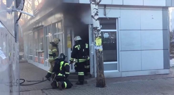 Черный дым на всю площадь: в центре Ярославля горит магазин рядом с пиротехникой. Видео