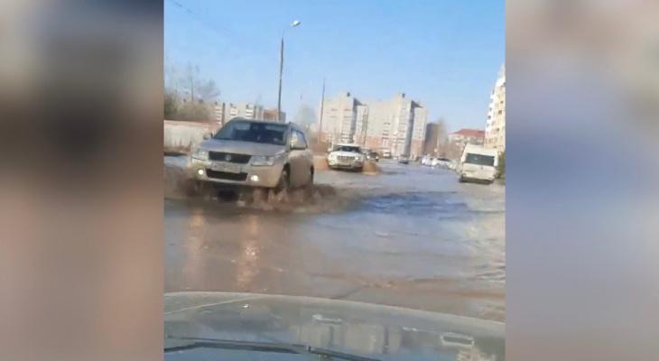 ЧП в Ярославле: по затопленной улице плывут авто. Видео