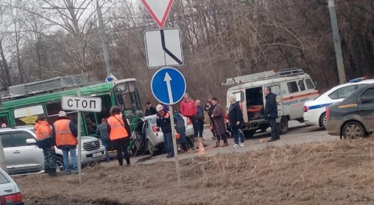 Толпа и реанимация: в Брагино авто врезался в троллейбус с пассажирами