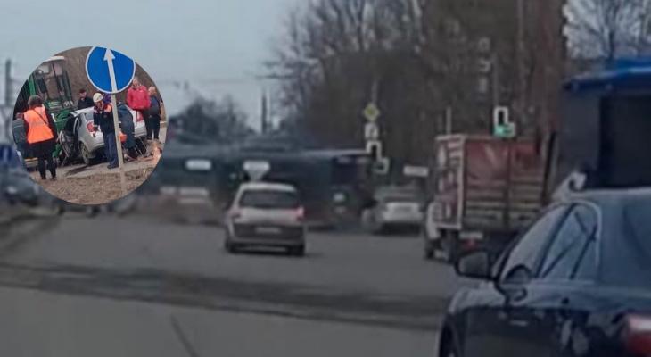 Воткнулся в троллейбус: кадры ДТП в Ярославле попали в сеть