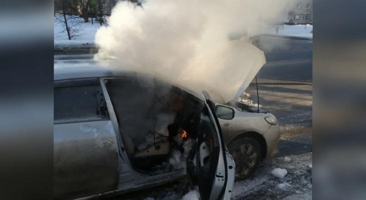 Дым клубами валил из салона: под Ярославлем жители снова пожаловались на подожженное авто