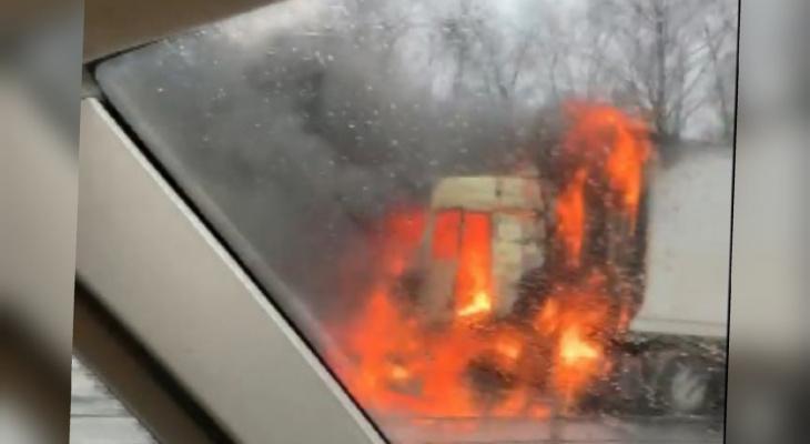 Огнем объята вся кабина: под Ярославлем дотла сгорела фура с туалетной бумагой